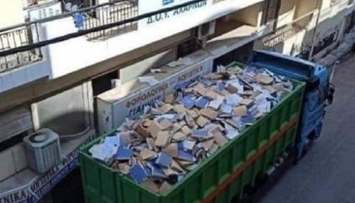 Η φωτογραφία από τη ΔΟΥ Αχαρνών που έγινε viral: Φορτηγό γεμάτο φακέλους φορολογουμένων - Τι συνέβη
