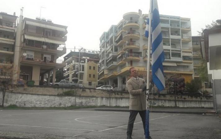 Διευθυντής δημοτικού σχολείου στα Γιαννιτσά τίμησε μόνος του την εθνική εορτή της 25ης Μαρτίου