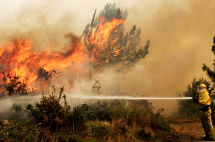 Πυρκαγιά σε δύσβατη περιοχή στο Ξυλόκαστρο