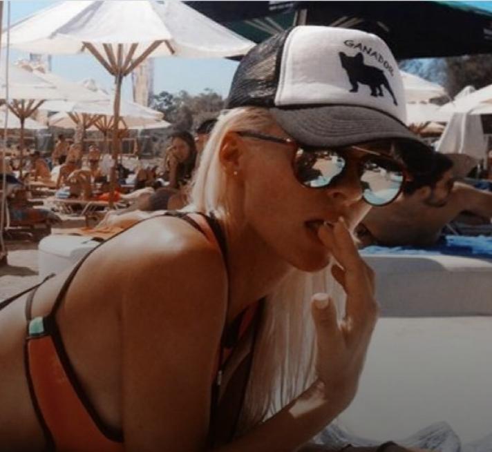 Ακατάλληλο για καρδιακούς: Η Ασημίνα Ιγγλέζου κολυμπάει... ολόγυμνη! (φώτο)
