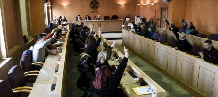 Ο δήμος Αθηναίων αποκλείει τη Χ.Α. απ' τα εκλογικά περίπτερα