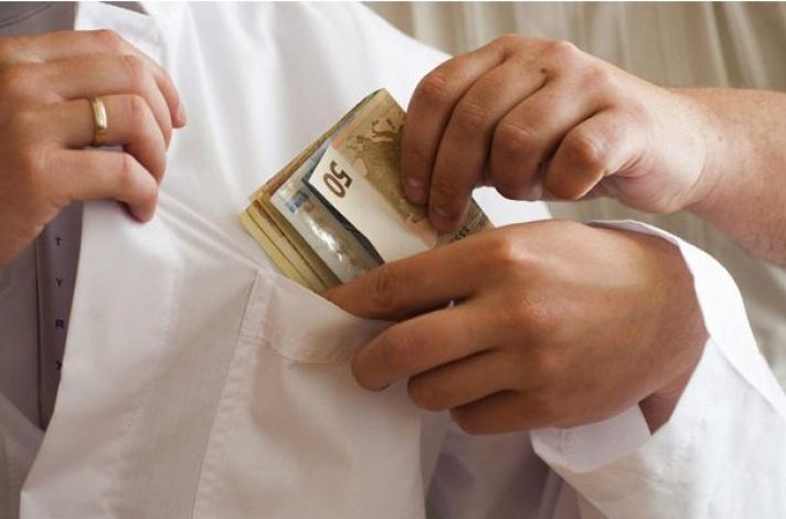 Χειροπέδες σε μεγαλογιατρό στην ΑΘήνα για φακελάκι 2.000 ευρώ