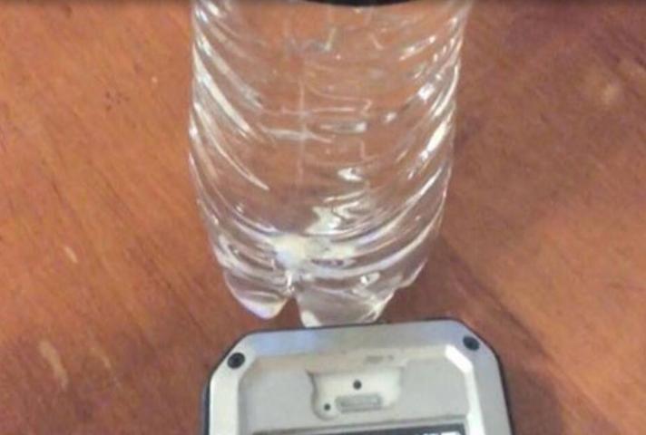 Δες τι θα συμβεί αν βάλεις το κινητό σου δίπλα σε ένα μπουκάλι με νερό! (video)