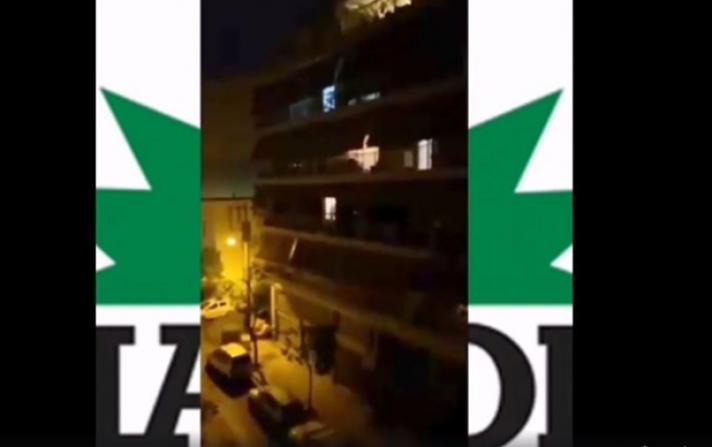 Κορονοϊός: Οπαδός του ΠΑΣΟΚ τραγουδά στο μπαλκόνι του «Θα τον μεθύσουμε τον ήλιο»- ΒΙΝΤΕΟ