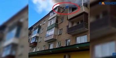 Εικόνες που κόβουν την ανάσα – Πέταξαν τα παιδιά τους από τον 4ο όροφο για να τα....Βίντεο