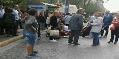 Μια νεκρή και έξι και τραυματίες στο κέντρο της Αθήνας: Περίμεναν στην στάση και τους παρέσυρε μηχανή που έκανε σούζες!