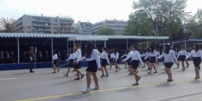 Θεσσαλονίκη: Μαθήτρια παρέλασε ξυπόλητη (Video)
