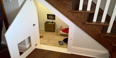 Έχτισε ένα πανέμορφο δωμάτιo για το σκυλάκι της κάτω από τις σκάλες.