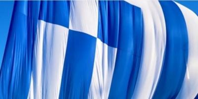 Στο νότιο λιμενοβραχίονα Κυματίζει από το πρωί στη Χίο η γιγαντιαία ελληνική σημαία
