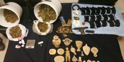 Ο ξενοδοχοϋπάλληλος έκρυβε εκρηκτικά, αρχαία και ποικιλία ναρκωτικών