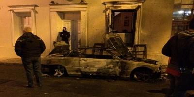Από τη φωτιά καταστράφηκαν ολοσχερώς δύο αυτοκίνητα που ήταν σταθμευμένα έξω από την οικία του υπουργού Επικρατείας