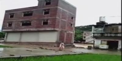 Βίντεο σοκ: Ορμητικός χείμαρρος παρέσυρε κτήριο έπειτα από σφοδρές βροχοπτώσεις στην Κίνα